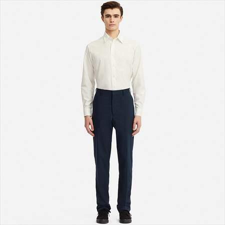 ユニクロUのエクストラファインコットンブロードシャツ(長袖)を着ている男性