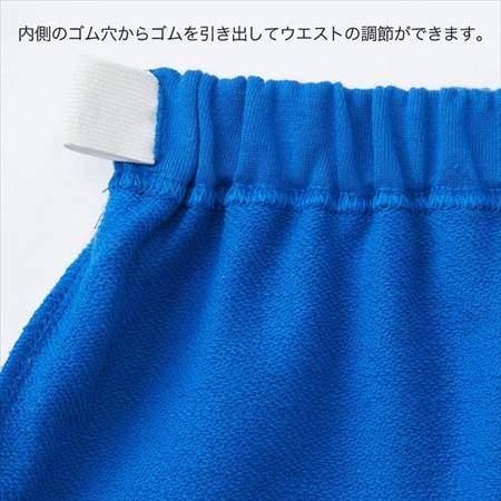 ブルーのレゴスウェットセット(キッズ)のパンツのウエストがゴムで調整できる様子