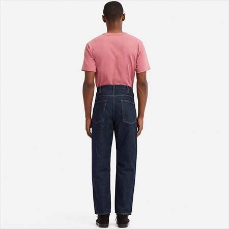 ユニクロUのワイドフィットテーパードジーンズを履いている男性