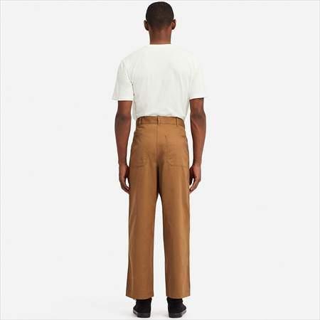 ユニクロUのワイドストレートベイカーパンツを履いている男性