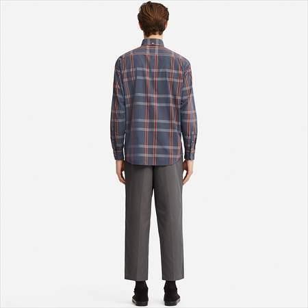 ユニクロUのワイドフィットタックテーパードチノを履いている男性
