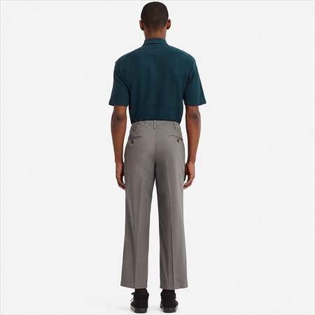 ユニクロUのレギュラーフィットアンクルパンツを履いている男性