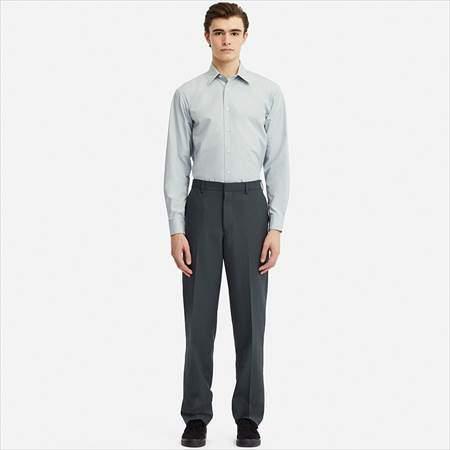 ユニクロUのワイドフィットパンツ(セットアップ)を履いている男性