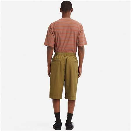 ユニクロUのバスケットボールハーフパンツを履いている男性