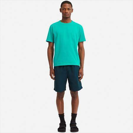 ユニクロUのナイロンショートパンツを履いている男性