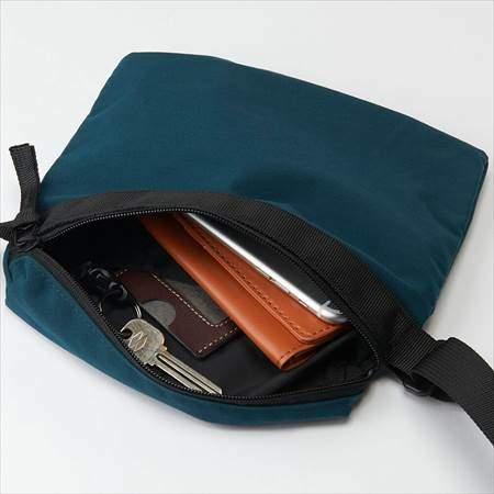 ユニクロUのサコッシュバッグの収納具合