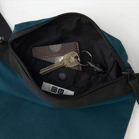 ユニクロUのサコッシュバッグの収納できる大きさ