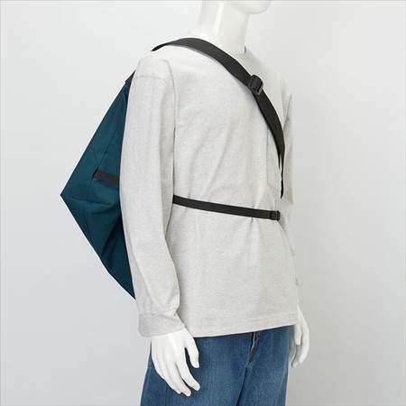 ユニクロUのブロックテックショルダーバッグを肩にかけて背負っている様子