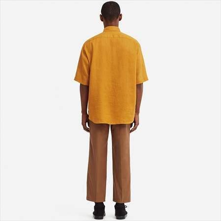 ユニクロUのプレミアムリネンワイドフィットシャツ(半袖)を着ている男性
