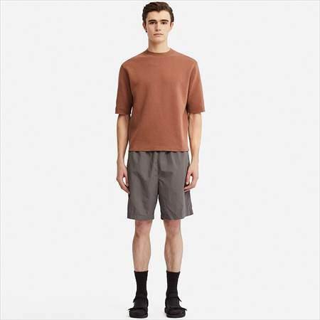 ユニクロUのミラノリブクルーネックセーター(半袖)を着ている男性