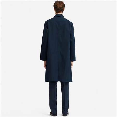 ユニクロUのブロックテックステンカラーコートを着ている男性