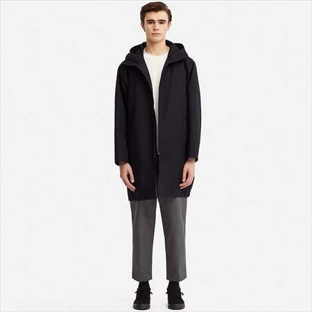 ユニクロUのブロックテックコートを着ている男性