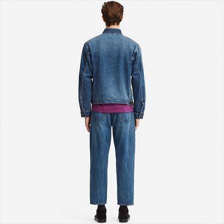 ユニクロUのデニムジャケットを着ている男性