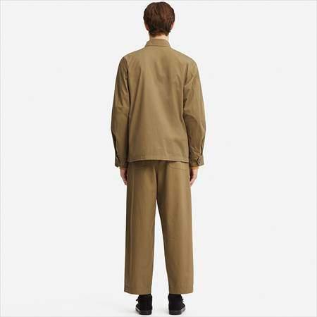 ユニクロUのミリタリージャケットを着ている男性