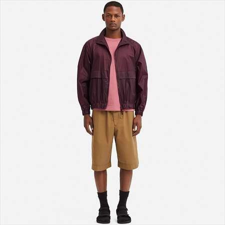 ユニクロUのポケッタブルトラックジャケットを着ている男性