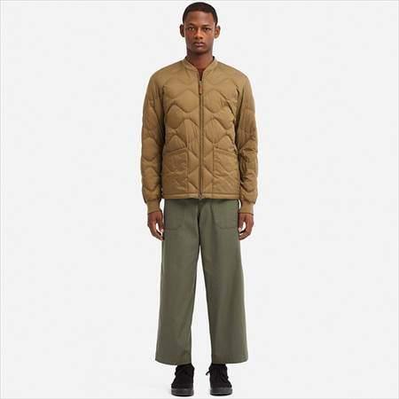 ユニクロUのウルトラライトダウンブルゾンを着ている男性