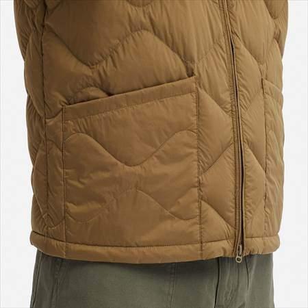 ユニクロUのウルトラライトダウンブルゾンのサイドポケットと裾のアップ