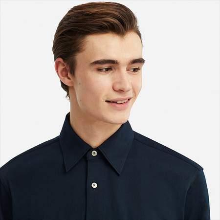 ユニクロUのスーピマコットンジャージーシャツ(長袖)の襟もとのアップ