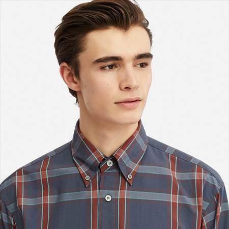 ユニクロUのワイドフィットチェックシャツ(長袖)の襟もとのアップ