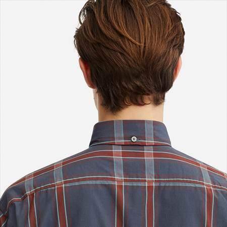 ユニクロUのワイドフィットチェックシャツ(長袖)の首のうしろ側