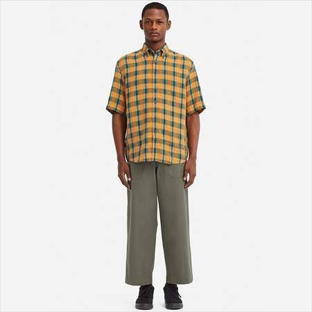 ユニクロUのプレミアムリネンワイドフィットチェックシャツ(半袖)を着ている男性
