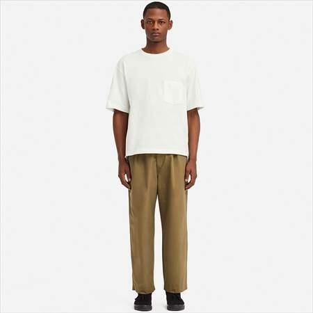 ユニクロUのイージーワイドフィットテーパードパンツを履いている男性