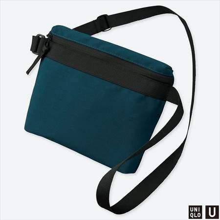 ユニクロUのサコッシュバッグのブルー