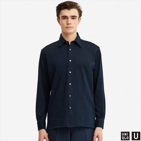 ユニクロUのスーピマコットンジャージーシャツ(長袖)を着ている男性