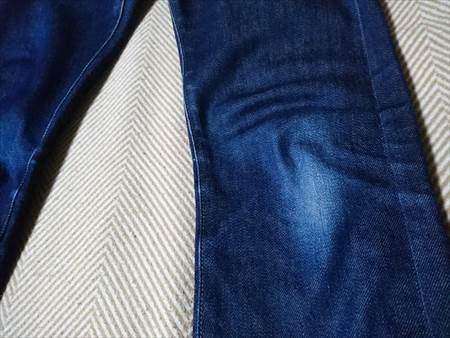 ユニクロのセルビッジジーンズを9か月履いた状態のひざのアップ