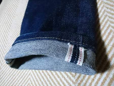ユニクロのセルビッジジーンズを9か月はいた状態の裾のアップ