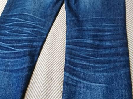ユニクロのセルビッジジーンズを1年半履いた状態の膝裏部分