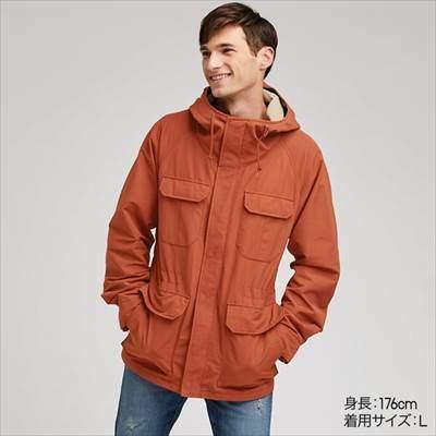 ユニクロのマウンテンパーカのオレンジを着ている男性