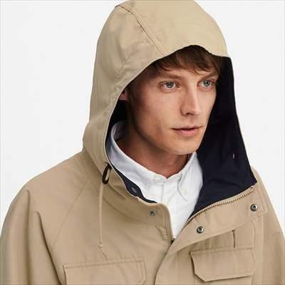 ユニクロのマウンテンパーカを着ている男性のフード部分のアップ