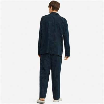 ユニクロのパジャマ(ドット・長袖)を着ている男性