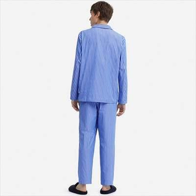 ユニクロのパジャマ(ストライプ・長袖)を着ている男性