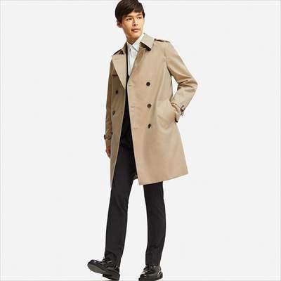 ユニクロのトレンチコートを着ている男性