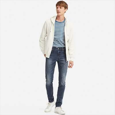 ユニクロのウルトラストレッチスキニーフィットジーンズを履いている男性