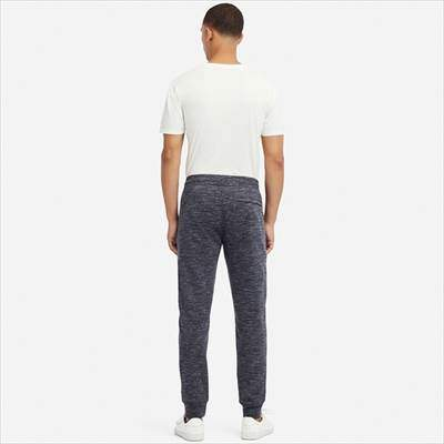ユニクロのドライストレッチスウェットパンツ(丈標準70~76cm)を履いている男性