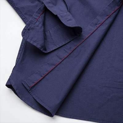 ユニクロのワークシャツ(長袖)の前立て裏の赤ステッチ