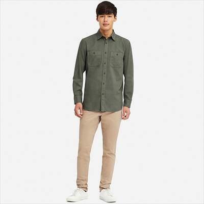 ユニクロのワークシャツ(長袖)を着ている男性