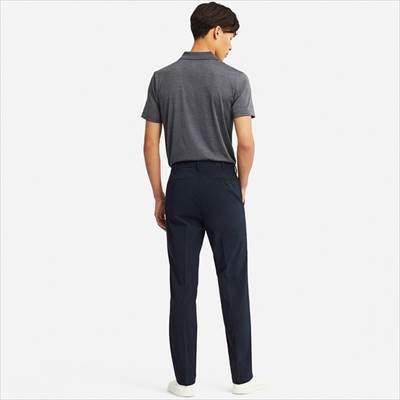 ユニクロの感動パンツ(ウルトラライト・コットンライク)を履いている男性