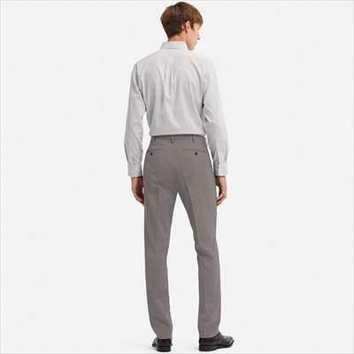 ユニクロの感動パンツ(ウルトラライト・ウールライク)を履いている男性