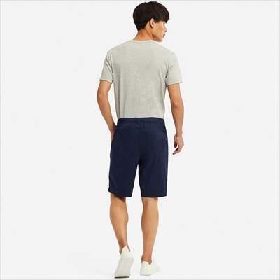 ユニクロのドライストレッチイージーショートパンツを履いている男性