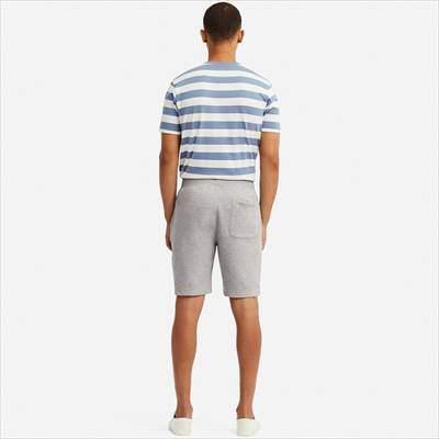 ユニクロのカットソーイージーショートパンツを履いている男性
