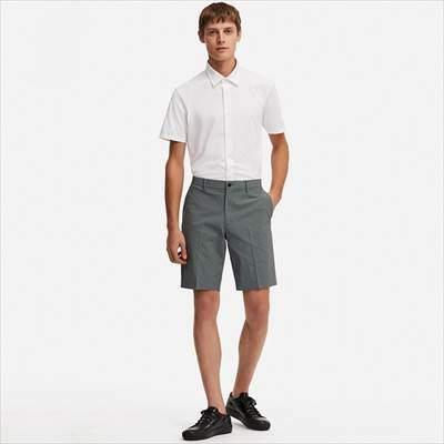 ユニクロの感動ショートパンツ(チェック・丈標準24~27cm)を履いている男性