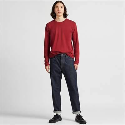 ユニクロのレギュラーフィットジーンズ(テーパード)を履いている男性
