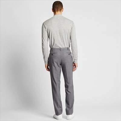 ユニクロのヒートテックストレッチスリムフィットパンツのシルエットを履いている男性