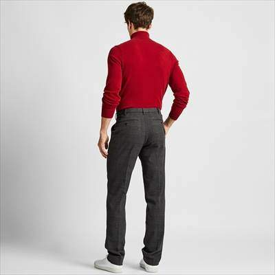 ユニクロのヒートテックストレッチスリムフィットパンツ(グレンチェック)を履いている男性