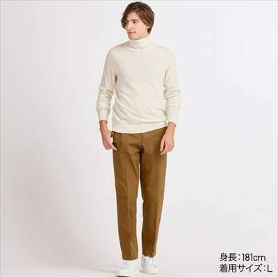 ユニクロのEZYリラックスフィットアンクルパンツ(丈長め76cm)を履いている男性