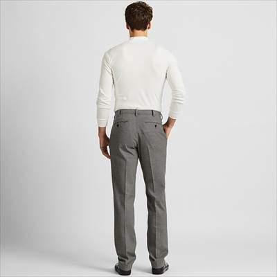 ユニクロのヒートテックストレッチスリムフィットパンツ(チドリ)を履いている男性